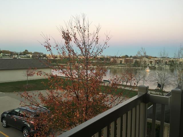 Spacious and quiet condo w/balcony and lake view - North Liberty - Departamento