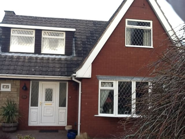Great spare bedroom in welcoming fa - Stoke-on-Trent