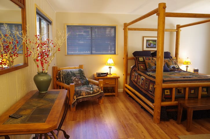 Inviting cabin in great location, hot tub, wi-fi - South Lake Tahoe