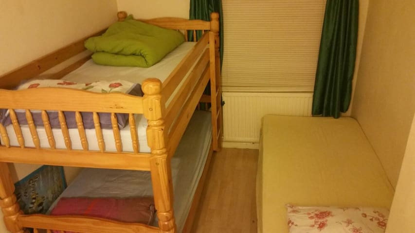 Comfortable room in shared home. Welcoming family! - Enfield