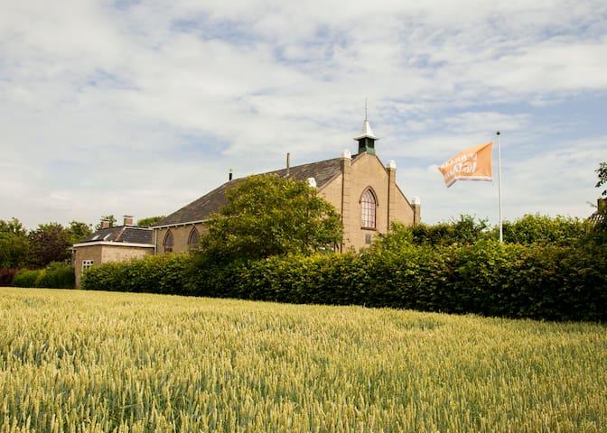 Een vakantiehuis in een zeer buitengewoon kerkje. - Oosterbierum - Hus