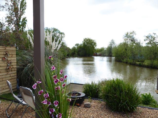 Lily Lake Yurt private HOT TUB set by lake. - Hatfield Peverel - Юрта