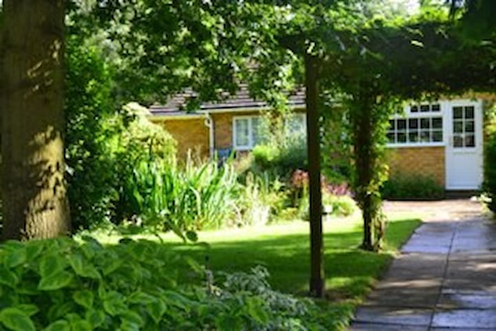 Homely bungalow with large gardens - England - Bungalov