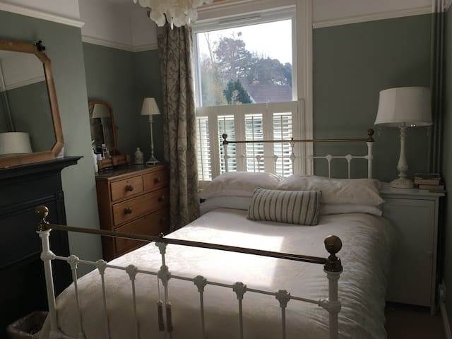 Two rooms available in Private Home-Raceweek - Cheltenham - Casa