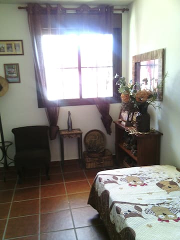 Cottage style room in a painter´s house - Layos - Chalet