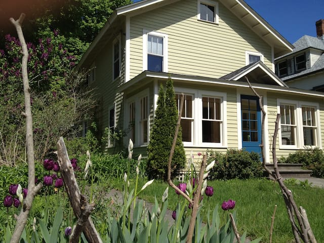 A farmhouse in an old mill town - Housatonic - Hus