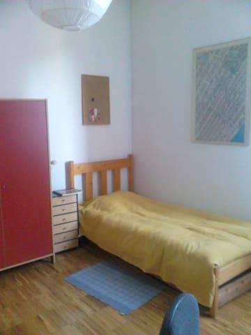 Bright, spacious and quiet room, 2 beds, wi-fi - Bergamo - Lägenhet