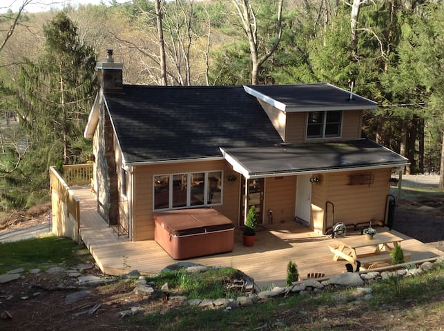 Hillside Cabin In The Woods--Hot Tub--1.5 Acres! - Dingmans Ferry - Maison