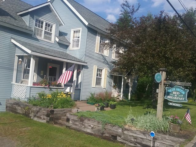 Blue Moon Bed and Breakfast - Lake Placid - 家庭式旅館
