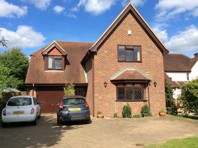 Lovely home, two large bedrooms - Woking
