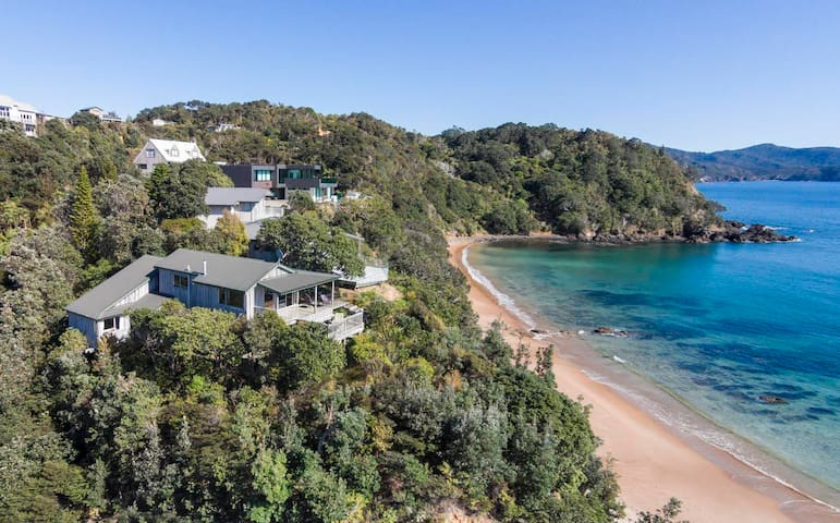 Idyllic Beachfront Retreat With Fabulous Views - Waikawau - Huis