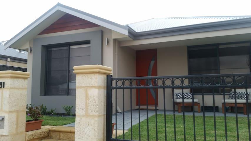 Lovely new house, sunny & welcoming - Aveley