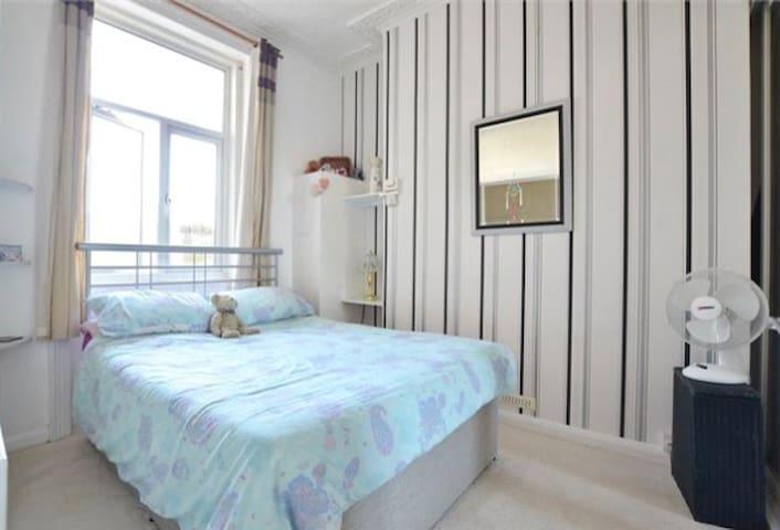 Friendly, comfortable, convenient double room - Brighton - Apartemen