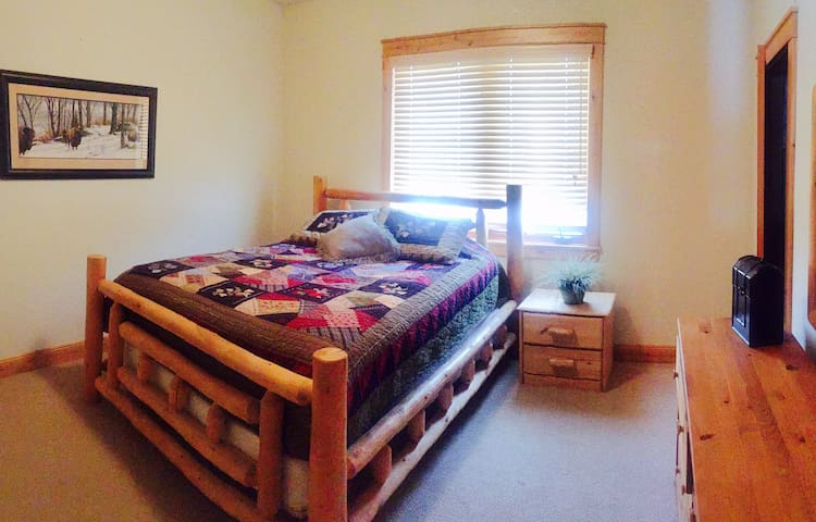 Comfy Queen Log Bed in Large Home & Great Hot Tub - Steamboat Springs - Huis