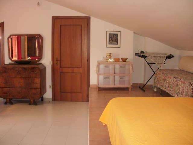 ampia camera con bagno indipendente - Pomezia - Hus