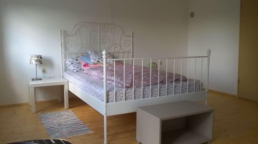 Helles, freundliches Zimmer in traditionellem Haus - Geiselhöring - Ev