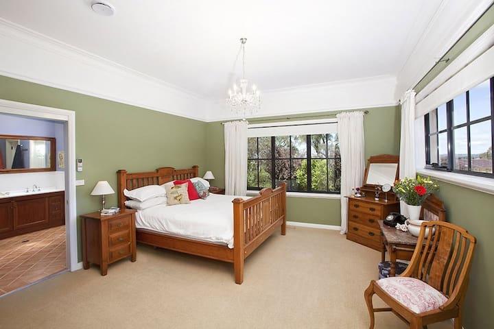 Banks room +en suite. Bowral country designer home - Bowral - Casa