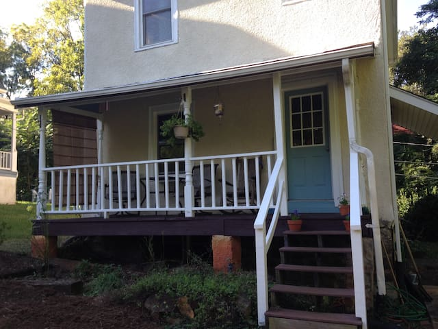 Quiet farmhouse in the center of town - Charlottesville