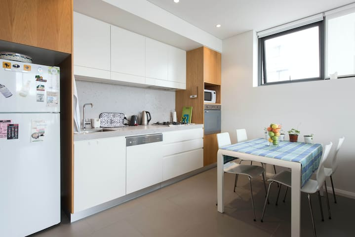 Be impressed with a well located sunny space! - Erskineville - Pis