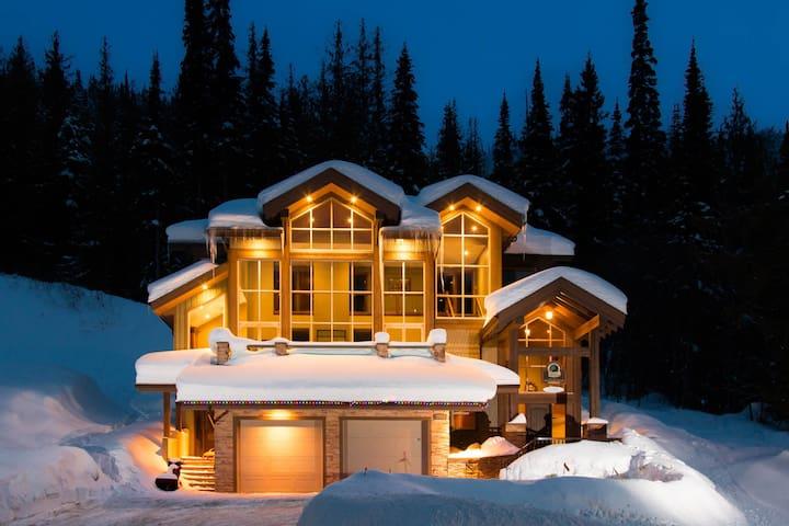 Ski/Golf Luxury Family Chalet - Sun Peaks - Rumah
