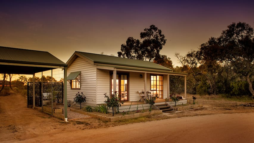 Cozy 1 BR Cottage, 10 mins to Bendigo CBD, WiFi - Junortoun - Bungalow