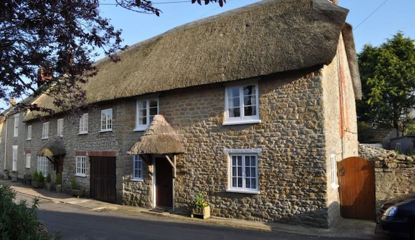 Minnie's is a 17th Century Thatched Cottage - Burton Bradstock - Hus