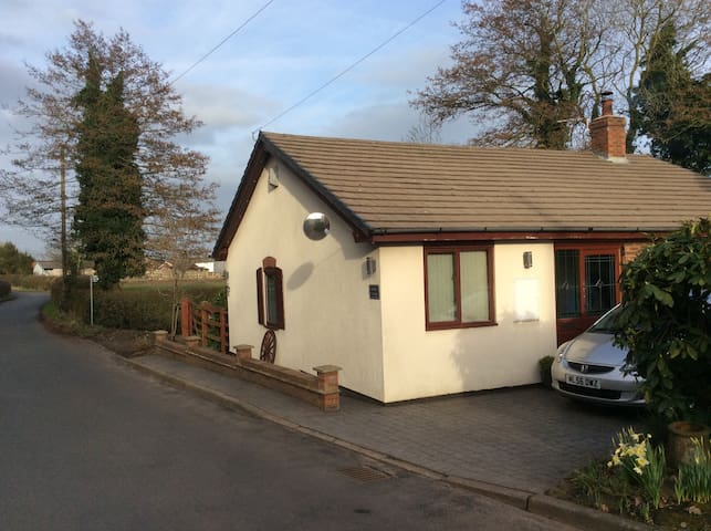 Comfy cottage in the heart of the countryside - Northwich - 小平房