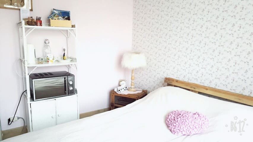 Liberty king size bed  in a farm parking wifi - Cerville - Huis