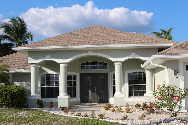 ELEGANT DREAM HOME ON A CANAL WITH A POOL - Cape Coral