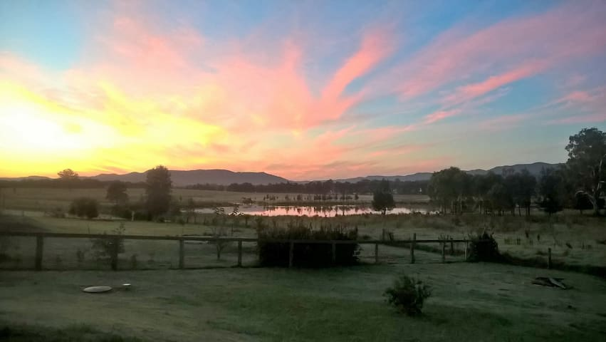 Black Swan Lagoon.Views.Spa Bath.King Bed.Indulge. - Millfield