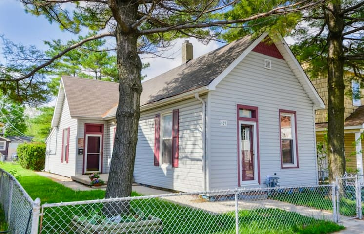 """Indy Bungalow"" - Walking Distance to Downtown - Indianapolis"