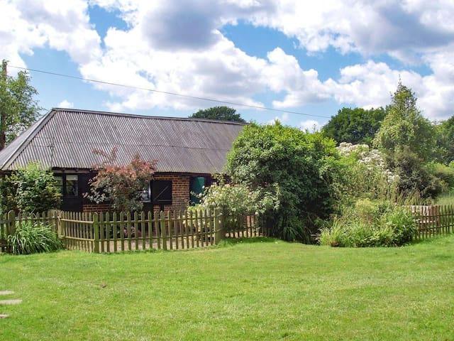 Tranquil grade II listed barn next to windmill - Stelling Minnis - Rumah