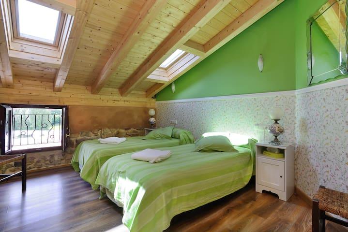 Mountains/city - twin room own bath - Durango