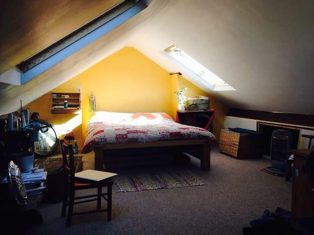 Double loft room in the city farm - Brístol - Loft