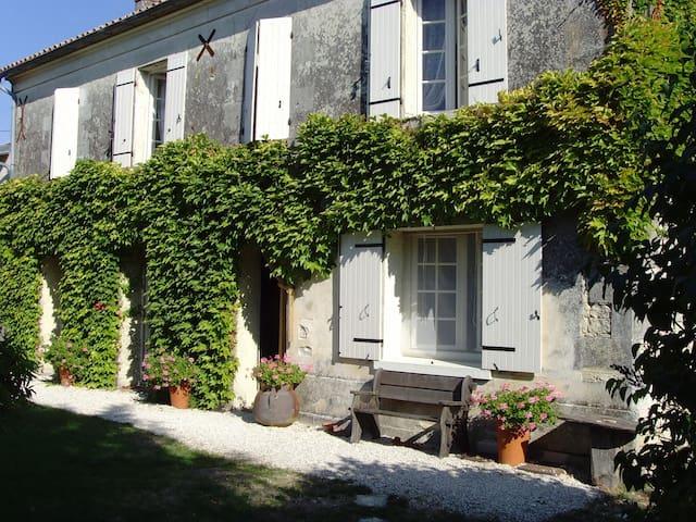 Delightful Farmhouse with pool near Cognac - Louzignac - Rumah