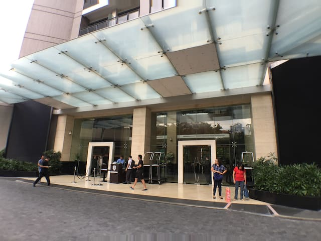 Luxury room at 55F - Gramercy - Makati - Daire