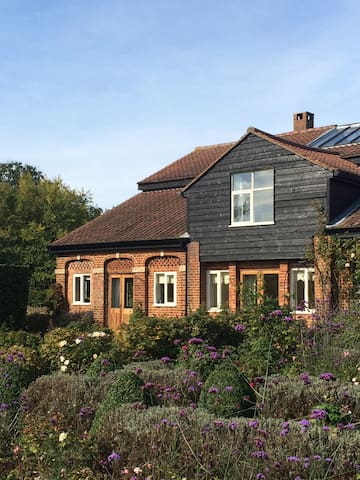Nr Stansted Airport, charming home - Hertfordshire - Hus