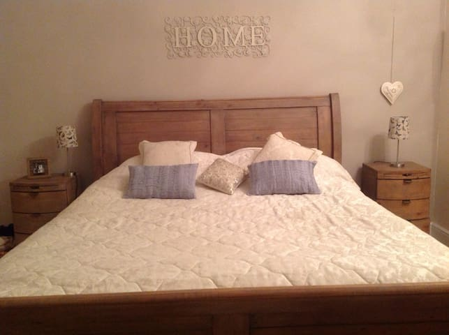 Large Bedroom, private bathroom & snug room! - Darlington - Dom