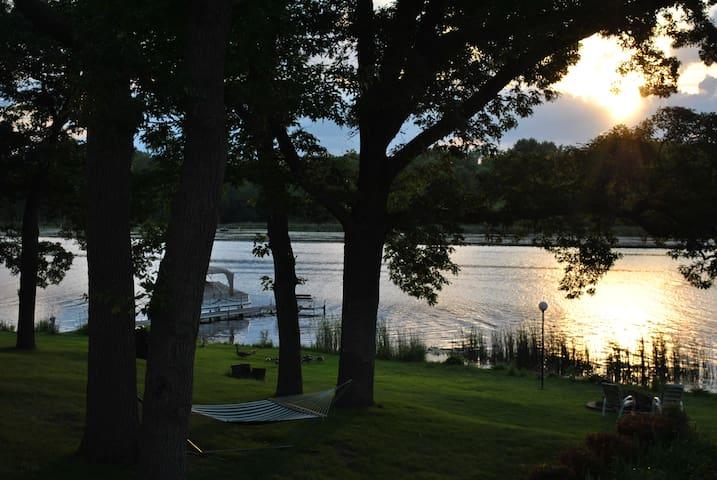 Minneapolis/St Paul Lake Cabin - Roseville
