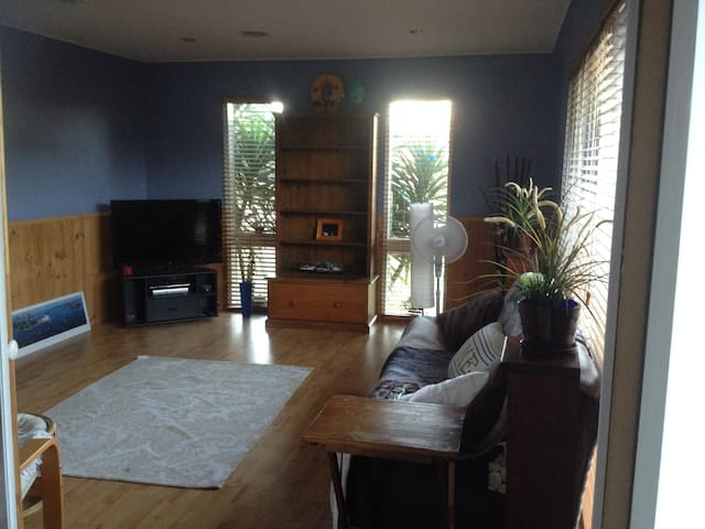 Relax in front half of house - Carrum - Huis