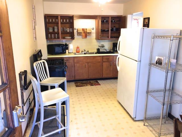 1 Bed 1 Bath 2nd Floor WiFi, Full Kitchen, Quiet - Parkersburg - Appartement