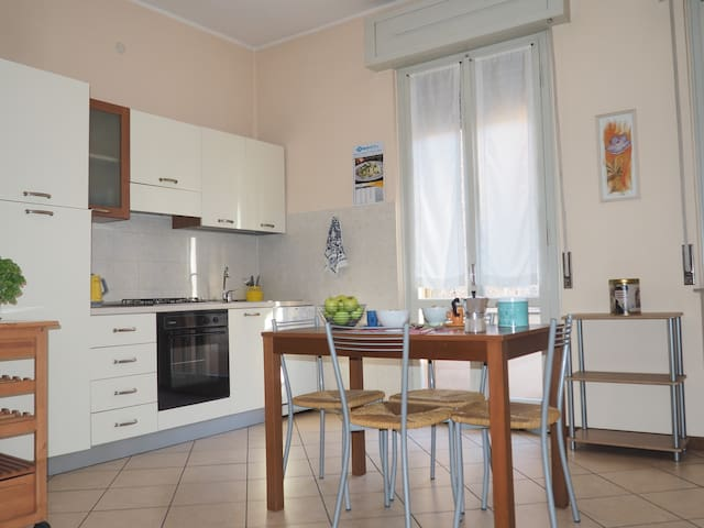 Bright and wide flat in the Historical Centre - Mantova - Appartement