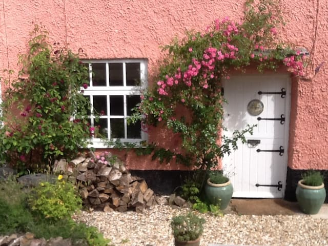 Cosy 17c cottage in village + pub - OAKFORD - Huis