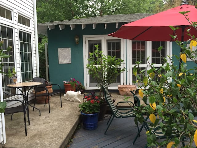 Serene Garden Cottage for Two - Erie - Bungalo