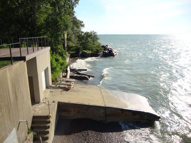 lakefront living. - Euclid - Appartement