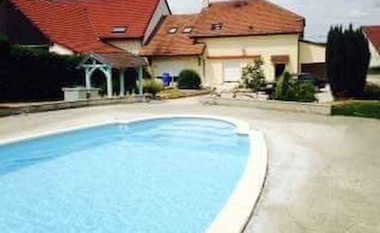 Chambre + salle de bain privée + accès piscine - Crissey - Ev
