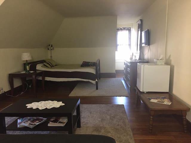 Spacious room in a vintage international house - Easton - Hus