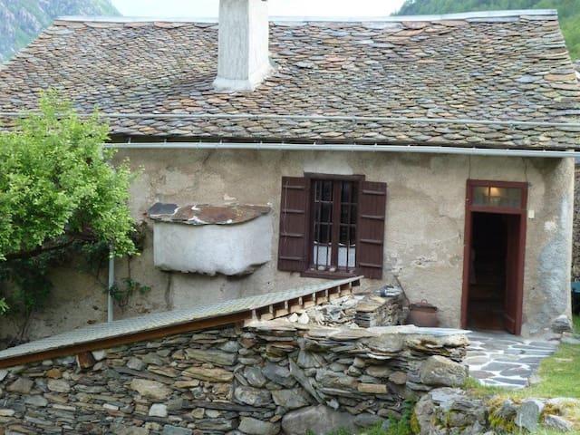 maison en pierre ensoleillée vue sur le montcalm - Auzat - Huis