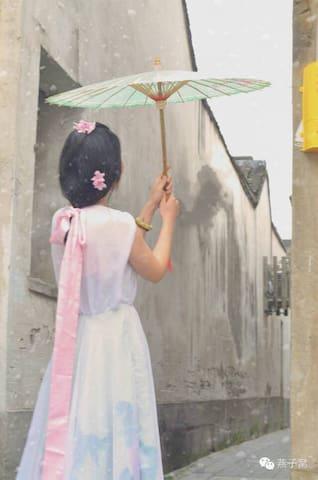 平江路雨巷里花藤下有油纸伞和手作的江南小家 - Suzhou - Huis