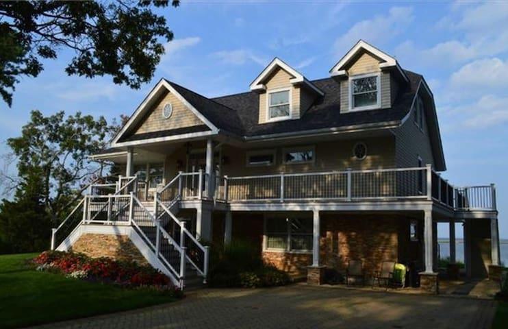 Beautiful Waterfront 2BR 2nd Floor - Riverhead - Huis